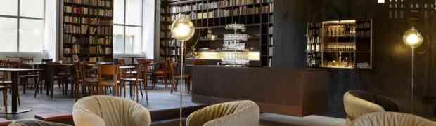 Eine Lounge mit Büchern